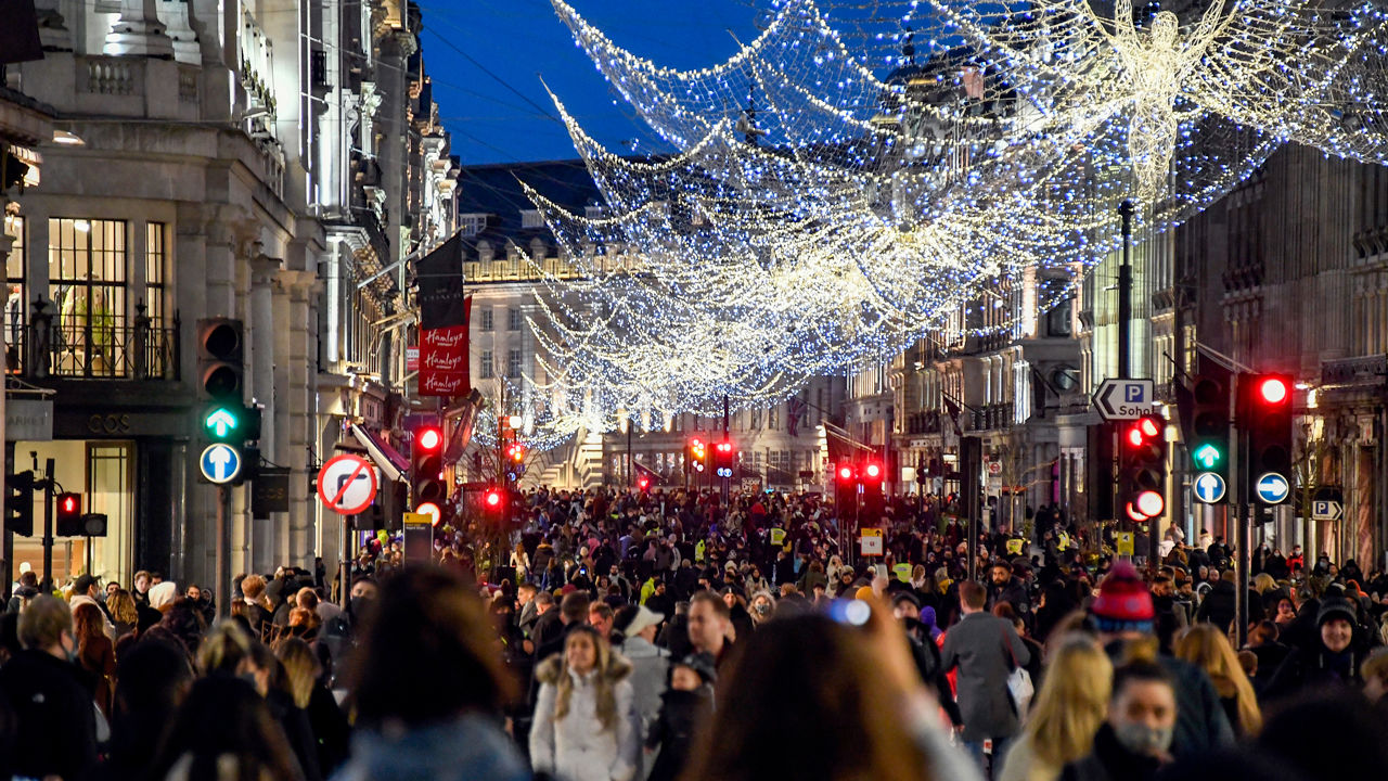 Shoppers wear face masks on Regent Street in London on 19 December, the day the U.K. government imposed new restrictions to curb a rapidly spreading new SARS-CoV-2 variant. AP PHOTO/ALBERTO PEZZALI